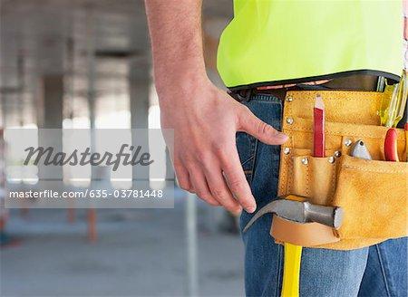 Gros plan de la ceinture à outils du travailleur de la construction sur le chantier