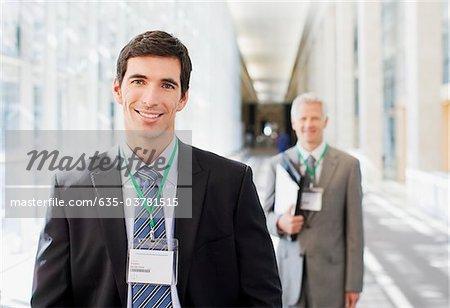 Les hommes d'affaires permanent au bureau