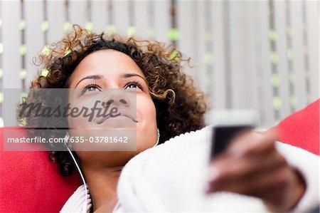 Lächelnde Frau anhören der mp3-player