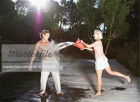 Verspielte Frau Freund Wasser werfen