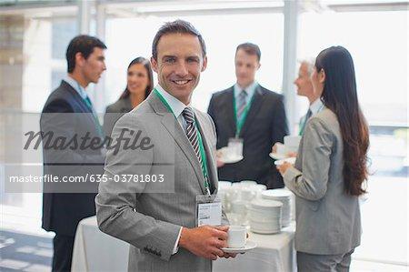 Les gens d'affaires ayant le café pause au bureau