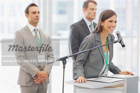 Femme d'affaires exerçant à microphone de bureau