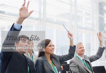Lever les mains au séminaire des gens d'affaires