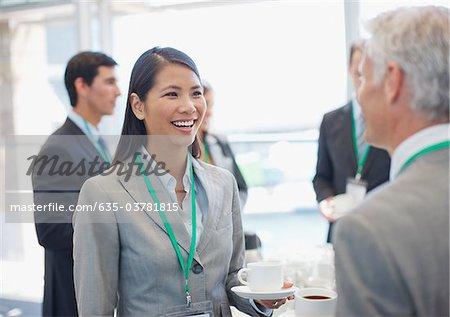 Gens d'affaires parlent et boire du café