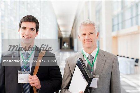 Les hommes d'affaires debout ensemble dans le bureau