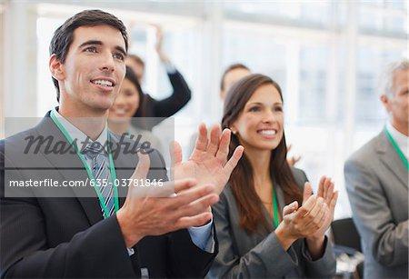 Gens d'affaires applaudir au séminaire à bureau