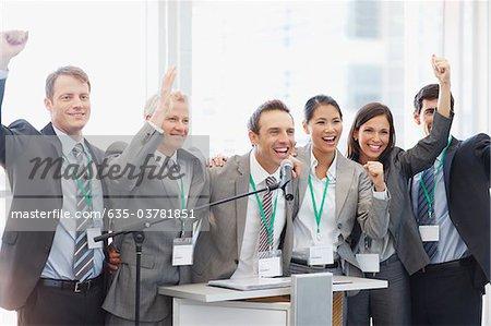 Gens d'affaires applaudir à podium