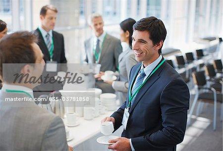 Gens d'affaires de boire du café au bureau