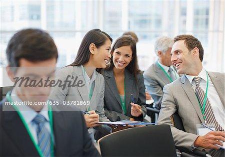 Gens d'affaires en séminaire dans le bureau