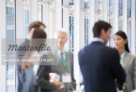 Parler ensemble au bureau de gens d'affaires