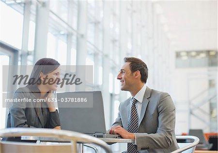 Gens d'affaires travaillant ensemble dans le cafe