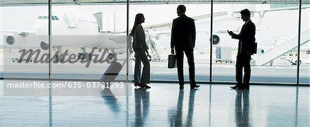 Geschäftsleute mit Koffer im Flughafen