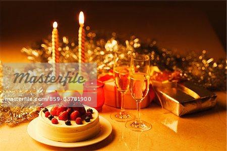 Gâteau avec des cadeaux et bougies