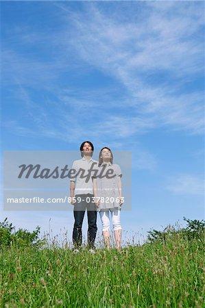 Couple debout ensemble dans le parc
