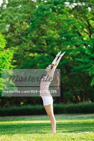 Junge Frau im Park trainieren