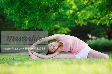 Junge Frau Yoga üben