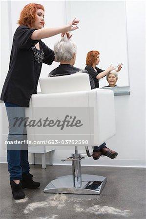 Styliste pour couper les cheveux de la femme âgée