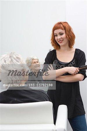 Styliste et client discutent de coupe de cheveux