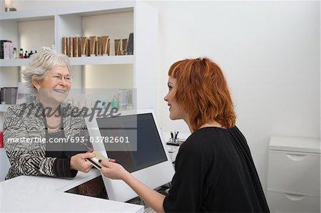 Coiffure le client verse pour couper
