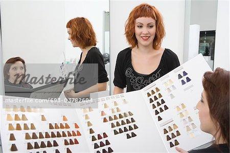 Coloriste et client regardent les graphiques