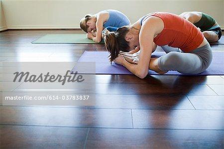 Trois femmes font des cours d'yoga