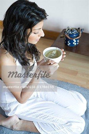 Frauen trinken grünen Tee