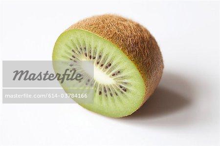 Eine halbe Kiwi auf weißem Hintergrund