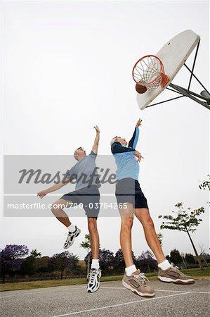 Deux hommes jouant au Basketball