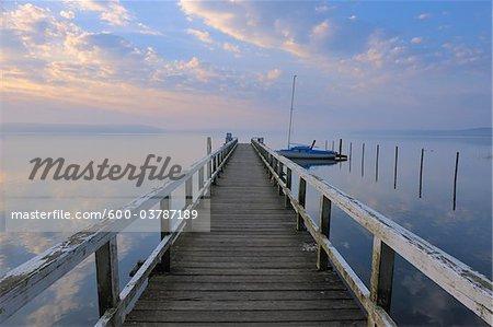 Lever du soleil et la jetée à Plauer voir, Plau am See, lacs mecklembourgeois, Mecklembourg-Poméranie occidentale, Allemagne