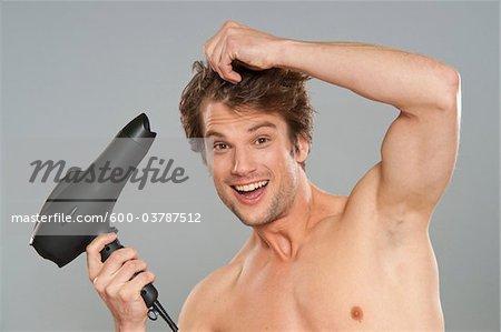 Séchant ses cheveux de l'homme