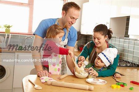 Junge Familie, gemeinsames Kochen in der Küche
