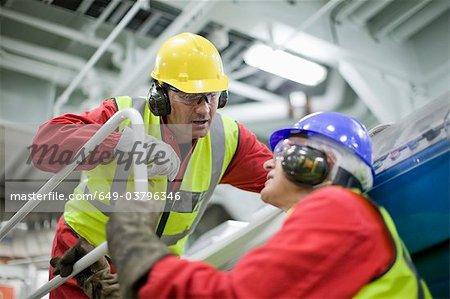 2 travailleurs dans la salle des machines