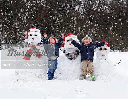 Deux garçons et leurs bonhommes de neige