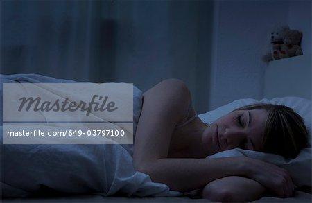 Jeune femme allongée