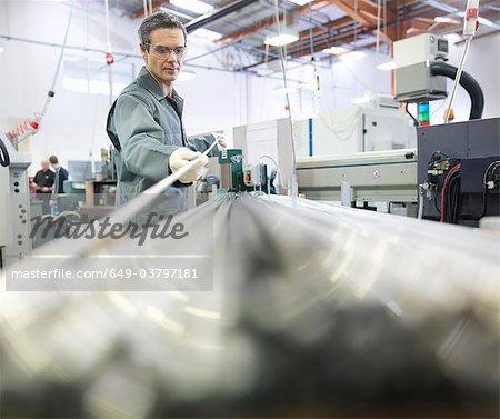 Ingénieur travaillant avec des tiges en métal