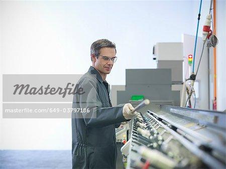 Ingénieur à la machine en usine