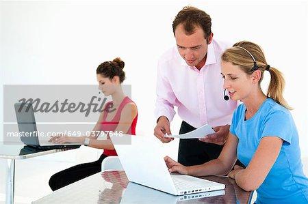 Kolleginnen und Kollegen diskutieren, Daten in office