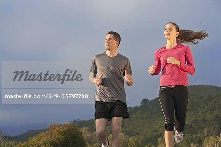 Junges Paar jogging in ländlicher Umgebung