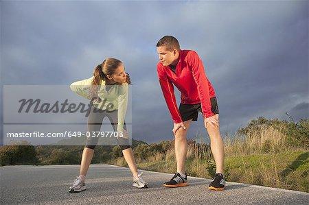 Junges Paar ruhen nach dem Sport