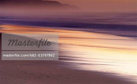 Longue exposition à de l'eau à l'aube avec le brouillard en arrière-plan, St Lucia, Kwazulu-Natal, Afrique du Sud