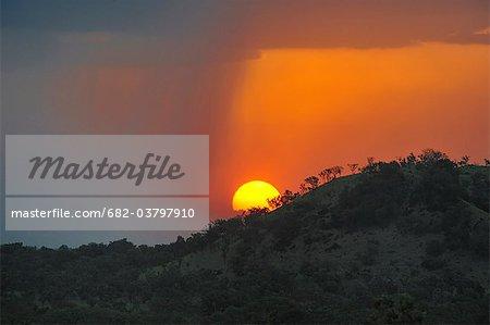 Soleil couchant sur les collines du Parc National de Boma, Soudan