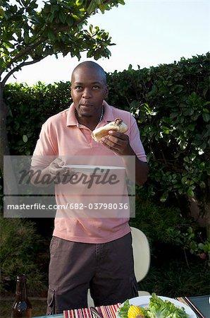 L'homme boerewors alimentation rouleau, Johannesburg, Afrique du Sud