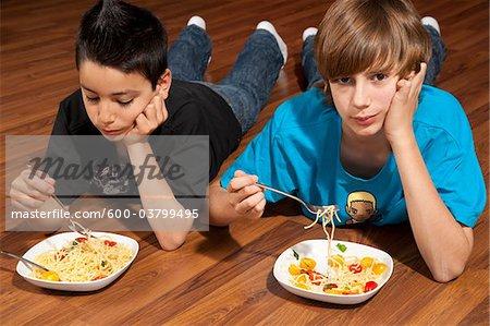 Jungen essen Pasta
