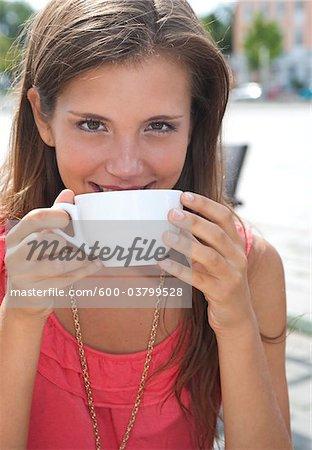 Jeune femme à boire du café