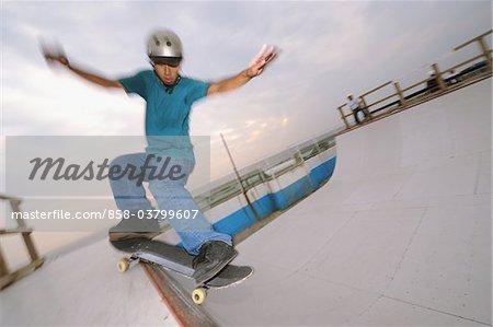 Mitte erwachsener Mann Skateboard