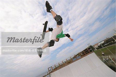 US-amerikanischer Skateboarder in der Luft