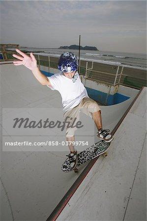 Skateboarder auf Rampe