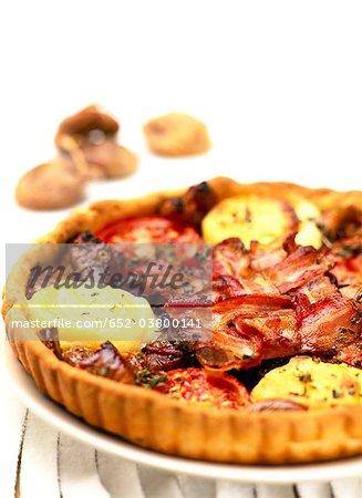 Fromage de chèvre, lardons et figues séchées savoureuse tarte
