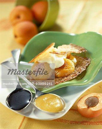Biscuit de tuile croustillante aux abricots rôtis