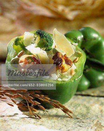 Risotto aux chanterelles servis dans un poivron vert